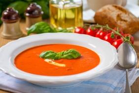 Tomatensuppe im Teller 3